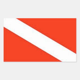El buceador clásico abajo señala por medio de una pegatina rectangular