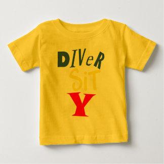 El buceador sienta la camiseta del bebé de Y Camisas