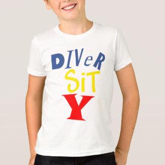 El buceador sienta la camiseta del campanero de la playeras