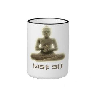 El budista apenas sienta la taza