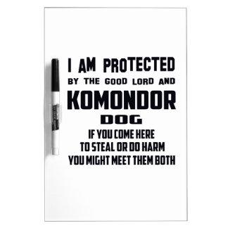 El buenos señor y perro de Komondor me protejo Pizarra Blanca