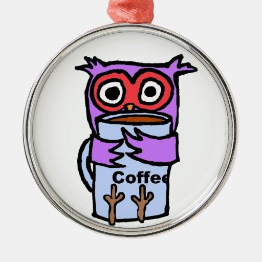 El búho abraza la taza de café adorno navideño redondo de metal