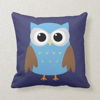 El búho azul lindo embroma la almohada de tiro