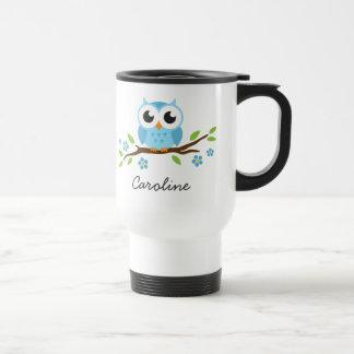 El búho azul lindo en rama floral personalizó nomb tazas de café