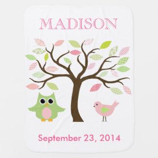 El búho, el pájaro, y el árbol personalizaron la mantita para bebé