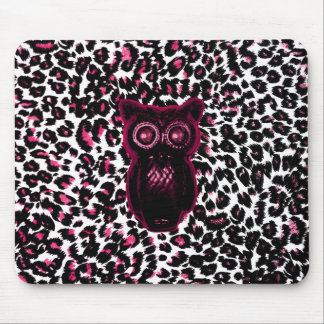 El búho en leopardo rosado mancha el fondo alfombrillas de ratón