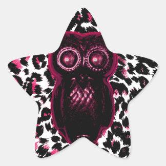 El búho en leopardo rosado mancha el fondo pegatina en forma de estrella