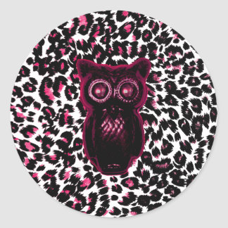El búho en leopardo rosado mancha el fondo pegatina redonda