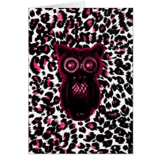 El búho en leopardo rosado mancha el fondo tarjeta de felicitación