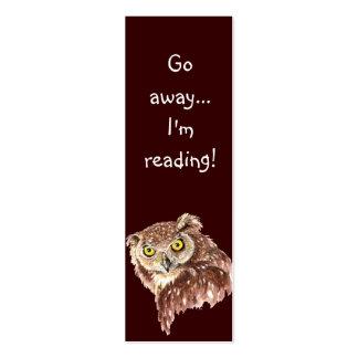 El búho gruñón divertido, va lejos yo está leyendo tarjeta de visita