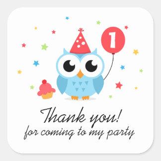 El búho lindo del fiesta con cumpleaños del globo pegatina cuadrada