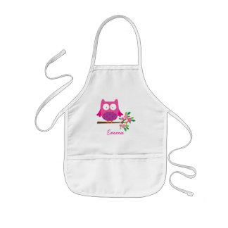 El búho lindo rosado personalizado embroma el delantal infantil