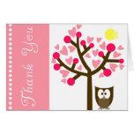 El búho rosado de la flor de cerezo del corazón le felicitacion
