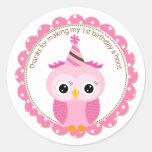El búho rosado del 1r cumpleaños de los chicas le etiquetas redondas