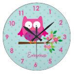 El búho rosado en una rama personalizó el reloj de