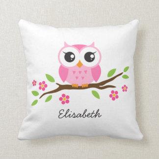 El búho rosado lindo en rama floral personalizó almohadas