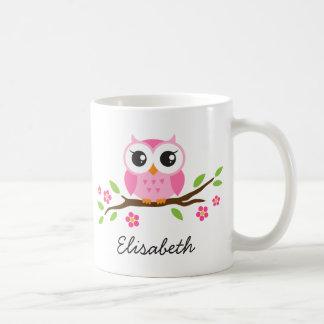 El búho rosado lindo en rama floral personalizó no taza básica blanca