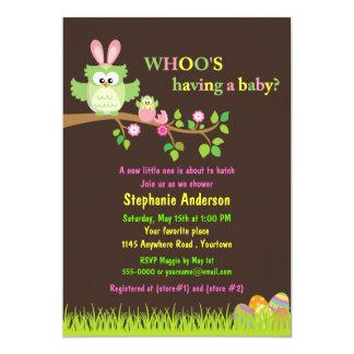 El búho y el bebé de Pascua en una ducha del huevo Invitaciones Personalizada