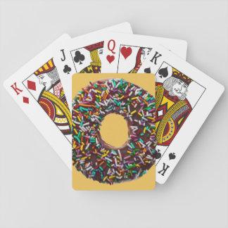El buñuelo del chocolate con colorido asperja barajas de cartas