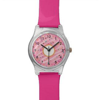 El buñuelo rosado con el arco iris asperja relojes
