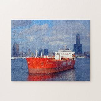 El buque de petróleo rojo grande sale del puerto puzzle con fotos
