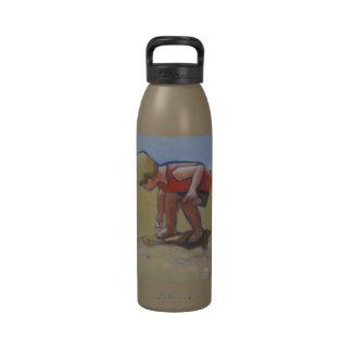 El buscar de la cáscara del muchacho de la playa d botella de beber