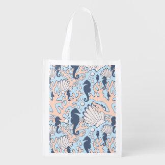 El caballo de mar cultiva un huerto azul y naranja bolsas de la compra