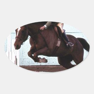 El caballo del perro salta pegatina ovalada