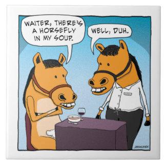 El caballo divertido se queja por tábano en sopa azulejo cuadrado grande