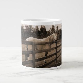 El caballo en mosca viste la sepia que mira detrás taza grande