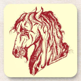El caballo enojado del diablo en rojo y escoge su posavasos