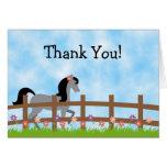 El caballo gris lindo con las flores le agradece l felicitacion