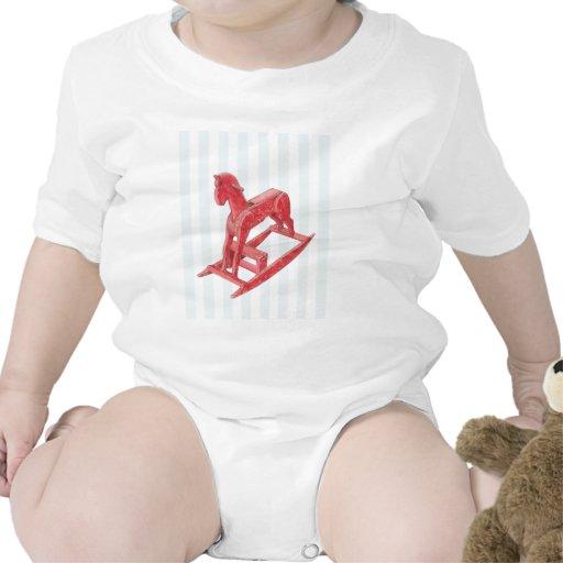 El caballo mecedora rojo raya la camiseta infantil