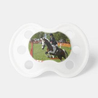 el caballo que salta haciendo frente a desafíos ai chupetes