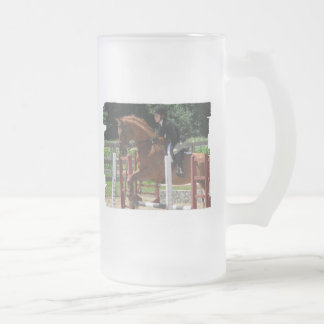 El caballo que salta la taza de cerveza helada