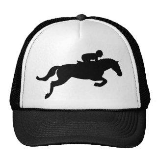 El caballo salta gorras de camionero