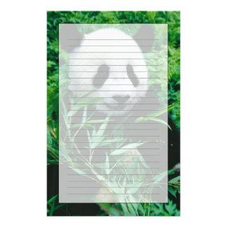 El cachorro de la panda gigante come el bambú en e papeleria de diseño