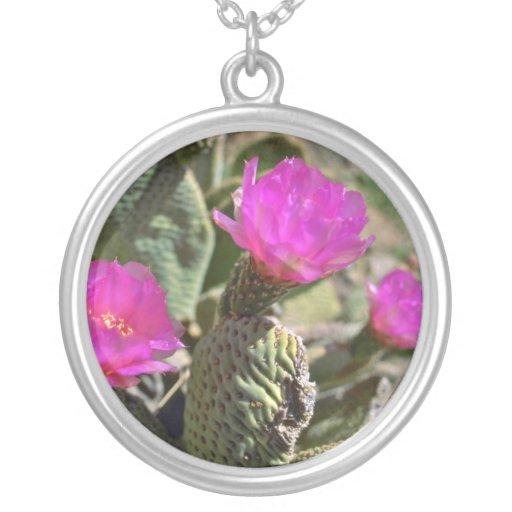 El cactus de color rosa oscuro florece las flores joyerias