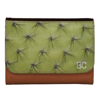 El cactus pincha la cartera con el monograma perso