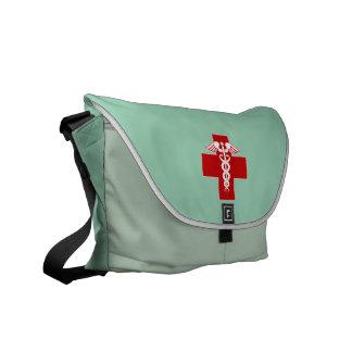 El caduceo de la enfermera friega verde bolsas de mensajeria
