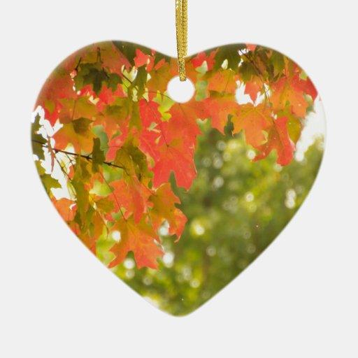 El caer adorno de cerámica en forma de corazón