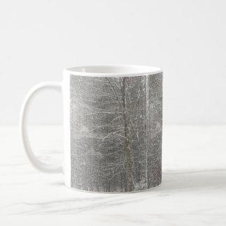 El caer de la nieve taza básica blanca
