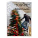 El caer mientras que adorna el árbol de navidad felicitación