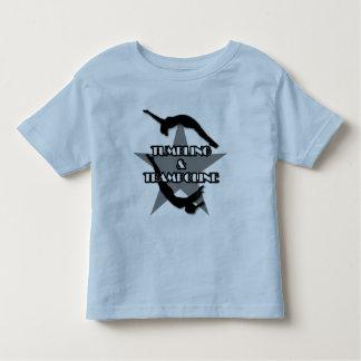 El caer y camisa del trampolín