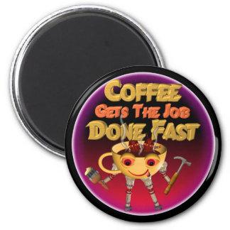 El café consigue el trabajo hecho rápidamente imán redondo 5 cm