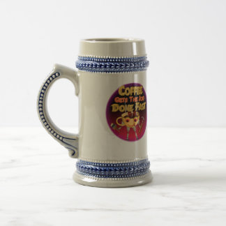 El café consigue el trabajo hecho rápidamente jarra de cerveza