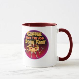 El café consigue el trabajo hecho rápidamente taza