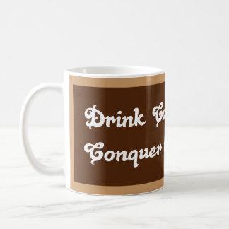El café de la bebida, conquista el mundo taza básica blanca
