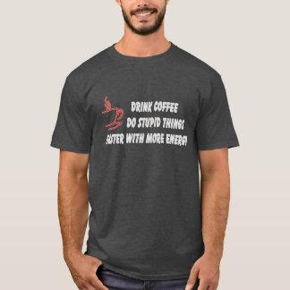 El café de la bebida hace cosas estúpidas con más playera