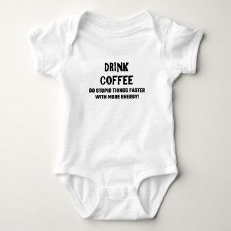 El café de la bebida hace cosas estúpidas más body para bebé